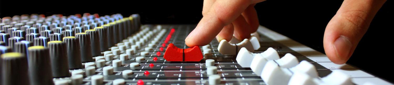 Микшерный пульт в студии звукозаписи 6