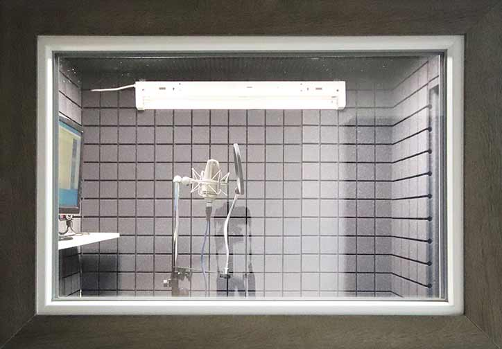 Вокальная кабина в звукозаписывающей студии
