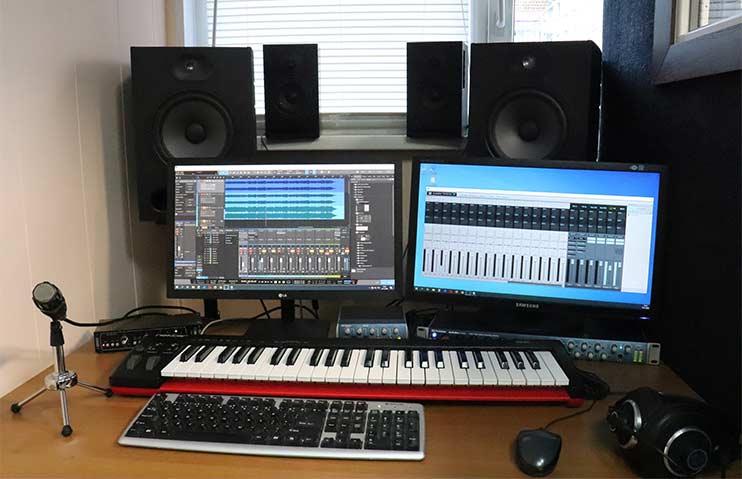Рабочее место звукорежиссера для записи песни