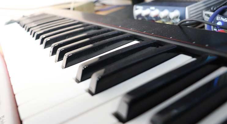 Клавишные в студии записи голоса Vivaldi
