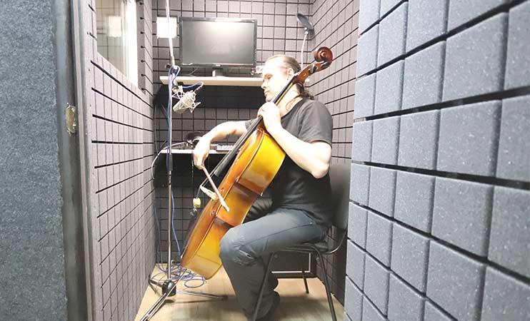 Запись виолончели в студии