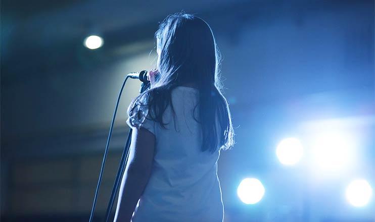 Исполнение детской песни на сцене
